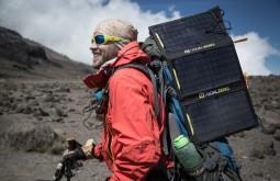 KILI - Maximo e sua mochila Deuter coberta de placas solares a 3650m 2 - Foto Gabriel Tarso