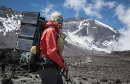 KILI - Maximo e sua mochila Deuter coberta de placas solares a 3650m - Foto Gabriel Tarso