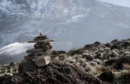 KILI - Totem de pedras no caminho a Barafu, último acampamento - Foto Gabriel Tarso