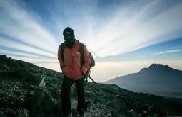 KILI - Um dos nossos guias a 5600m no dia de cume - Foto Gabriel Tarso