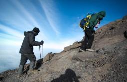 KILI - Ziller e Teacher a 5700m, já próximo ao cume - Foto Gabriel Tarso