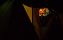 KILI - Ziller hidratando minutos antes de deixar o acampamento para as 13 horas de ida a volta ao cume - Foto Gabriel Tarso