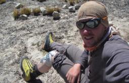 Maximo consertando o joelho na Bolívia