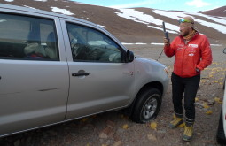 Maximo ligando para o dono da camionete que foi abandonada por 8 meses após uma tempestade em março - Foto de Pedro Hauck