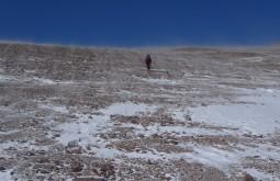 Maximo superando uma rampa a 5670m meio ao vento branco (vento que carrega neve) a média de temperatura no dia do cume não superou -25C - Foto de Pedro Hauck