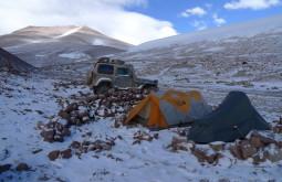 Nosso acampamento na base do Pissis que é a montanha mais próxima ao Monte Parofes - a noite foi tão fria que o anti congelante dentro do motor do Troller congelou - Foto de Pedro Hauck