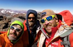 O trio comemorando no cume do Monte Parofes - Foto de Maximo Kausch - Imagem da Garmin VIRB