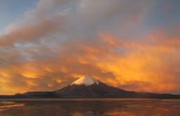 O vulcão Parinacota num lindo entardecer