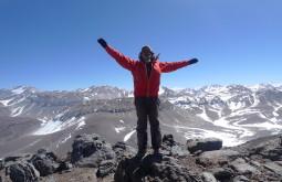 Pedro Hauck comemorando no cume do Monte Parofes com 5845m - Foto de Pedro Hauck