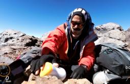 Pedro Hauck deixando um pote com mensagens de lembrança no cume do Monte Parofes com 5845m - Foto de Maximo Kausch - Imagem da Garmin VIRB