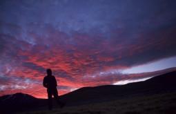Pedro Observando pôr do sol em Laguna Santa Rosa - Foto Caio Vilela