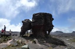 Curiosas formações rochosas no topo do roraima. Esta rocha tombou