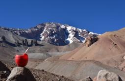 Vista da parede oeste do Tupungato desde 3.800m, com um mate, fonte de hidratação a caminho ao acampamento a 4.100m