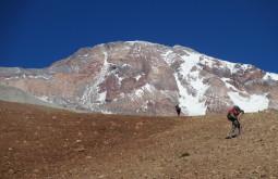 Vista da parede sul do vulcão Tupungato desde o vale chegando ao refugio Real de La Cruz