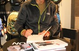 assiando seu livro na loja da The North Face, Lisboa - João Garcia