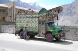Caminhão paquistanês pronto para enfrentar a Karakorum Highway - Foto de Maximo Kausch