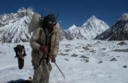 Carregadores cruzando o Baltoro, K2 ao fundo, Paquistão - Foto de Maximo Kausch