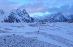 Longa fila de 45 carregadores à caminho dos Gasherbrums, Paquistão - Foto de Maximo Kausch