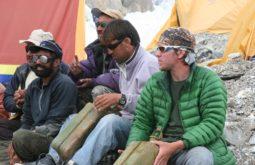 Maximo Kausch e carregadores improvisando uma banda local no Hidden Peak, Paquistão, uma das montanhas mais remotas de 8000 do mundo - Foto de Fredrik Strang