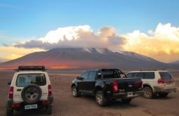 3 dos nossos veículos a 4500m, o incrível pôr do sol é sobre o Cerro Mulas Muertas que normalmente ascendemos antes do Ojos del Salado - Foto de Maximo Kausch