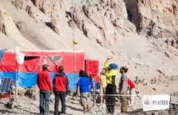 Alguns dos nossos fortes carregadores jogando futivôlei a 4300m - Foto de Ashok Kipatri