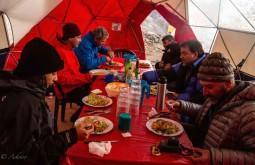 Almoço na base da montanha - Foto de Ashok Kipatri