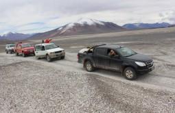 Comboio com os nossos 4 veículos a 5000m, caminho do refúgio Atacama - Foto de Diego Coco Calabro