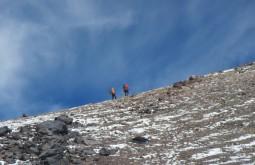 Eduardo Tonetti e Rares Voda há 30 metros do cume do Vicuñas com 6087m - Foto de Maximo Kausch