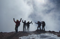 Galera comemorando no cume do Mercedário - Foto de Maximo Kausch