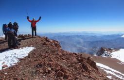 Galera curtindo o cume de 6770m - Foto de Edu Tonetti