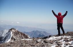 Gustavo Ziller conteplando a vista do cume em fevereiro de 2015 - Foto de Gabriel Tarso