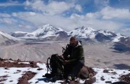 Marcio Pelloso no cume do Vicuñas, Nevados Tres Cruces ao fundo - Foto de Gustavo Uria