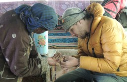 Maximo Kausch consertando queimadura de uma tibetana - Foto de Mark Van't Hof