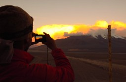 Maximo Kausch fotografando um belo pôr do sol desde o refúgio Claudio Lucero - Foto de Paula Kapp