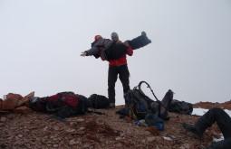 Maximo carregando a Roseane no cume do Mercedário - Foto de Edson Monreal