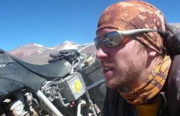 Maximo e sua moto no nevado Ermitaño Chile