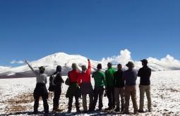 Nossa equipe aclimatando a 4500m - o Nevado Barrancas Blancas com 6110m está ao fundo - Foto de Paula Kapp