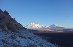 O Peña Blanca e o Monte Ermitaño vistos desde 4500m - ambas montanhas tem mais de 6000 metros de altitude - Foto de Rares Voda