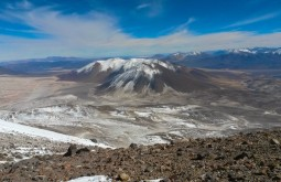O Vicuñas (frente) e o Barrancas Blancas (fundo) vistos do cume do Ojos del Salado - Foto de Joair Bertola