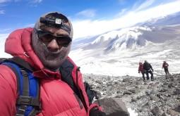O nosso guia Javier Callupan próximo ao cráter do Ojos del Salado, nos anos de 2014 e 2015 tivemos dias bem frios - Foto de Javier Callupan