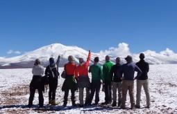 Parte da nossa equipe aclimatando a 4500m, Nevado Barrancas Blancas ao fundo - Foto de Joair Bertola