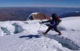 Pedro Hauck pulando greta durante aproximação ao Ancohuma, Bolívia - Foto de Maximo Kausch