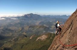 Pedro escalando rocha em MG