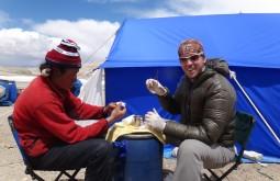 Suturando um Tibetano