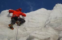 Bruno Novarini escalando gelo - foto de paula kapp