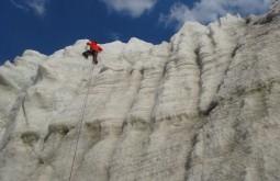 Bruno novarino escalando parede vertical de gelo - foto de paula kapp