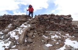 Explorando ruínas incas no monte Quewar Argentina