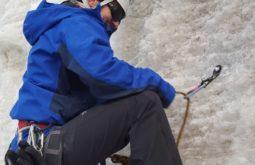 Felipe Magazoni escalando gelo