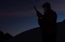 Maximo postando notícias no Blog do  Gente de Montanha com o telefone satelital - Foto de Paula Kapp