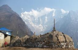 Stupa em Tengboche, Nepal (Thamserku ao fundo) - Foto de Maximo Kausch